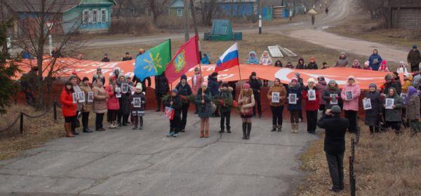 Церемония развертывания Знамени Победы возле главного памятника воинам= освободителям в селе Новые Бобовичи